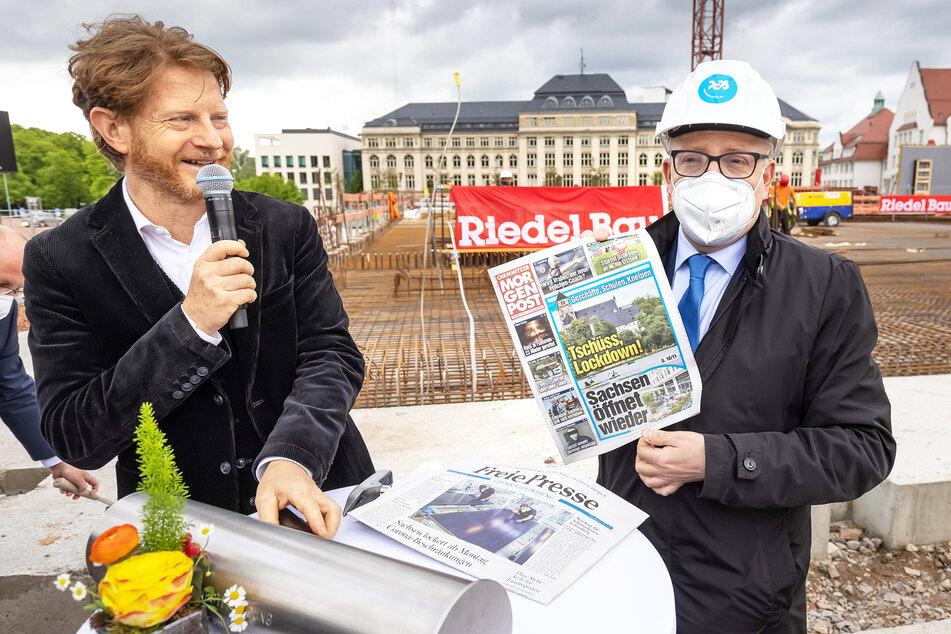 Bürgermeister Stötzer (48, l.) und OB Schulze (49) befüllen die Zeitkapsel für die Nachwelt - da darf die Morgenpost nicht fehlen.