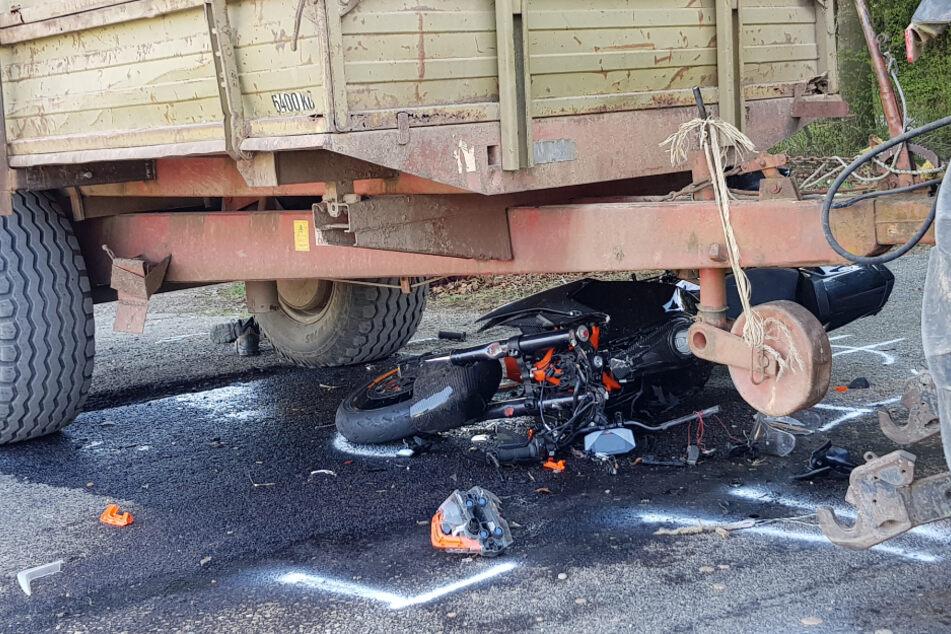 Biker kracht in Traktor und verletzt sich schwer