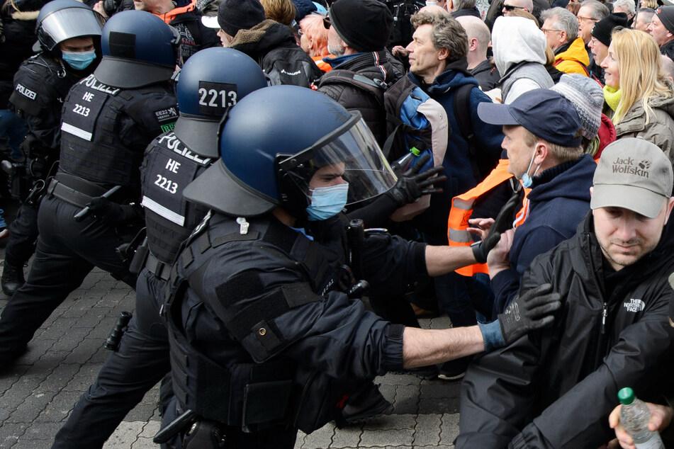 """Es kam am 20. März zu Festnahmen, als die sogenannten """"Querdenker"""" versuchten, eine Polizeikette zu durchbrechen."""