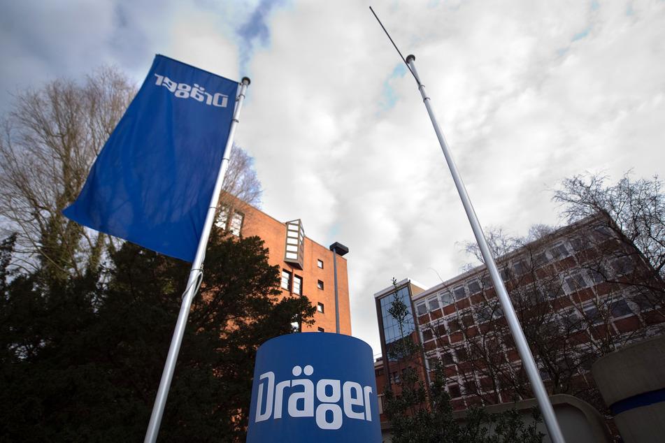 Eine Firmenflagge weht vor dem Hauptsitz des Unternehmens Drägerwerk.