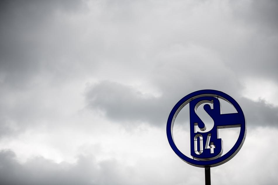 Das Logo des FC Schalke 04 steht auf dem Dach der Geschäftsstelle.
