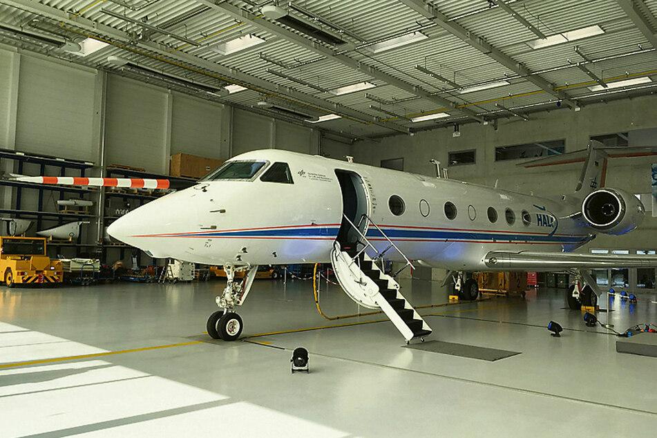 Das Forschungsflugzeug HALO steht im Hangar bereit. Klimaforscher wollen mit Messflügen die Auswirkung von Eiswolken auf die Erderwärmung erkunden.