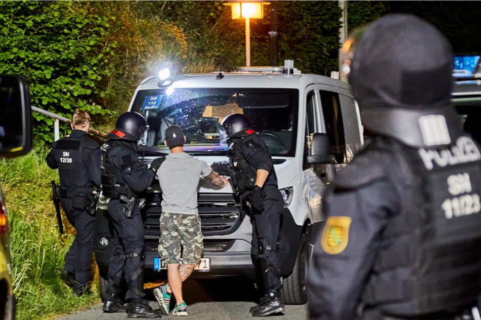 """""""Sieg-Heil""""-Rufe der Hooligans: Polizei von Neo-Nazis beworfen und mit Holzlatten bedroht"""