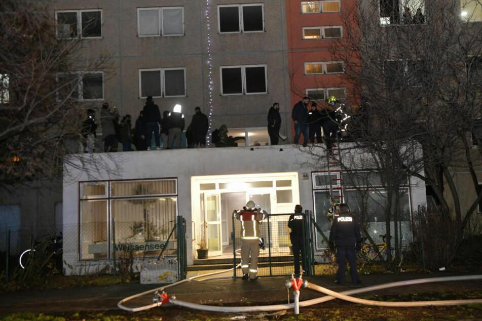 Bei dem Brand in Weißensee mussten 50 Menschen über ein Vordach in Sicherheit gebracht werden.