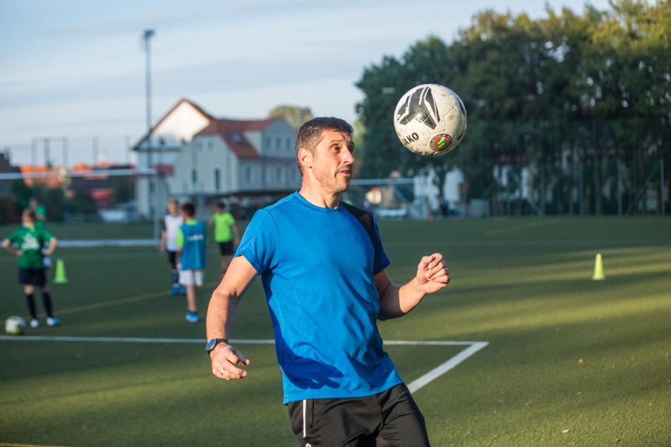 Trainer Sven Auerswald (42) arbeitet mit den jungen Kickern auf dem Platz.