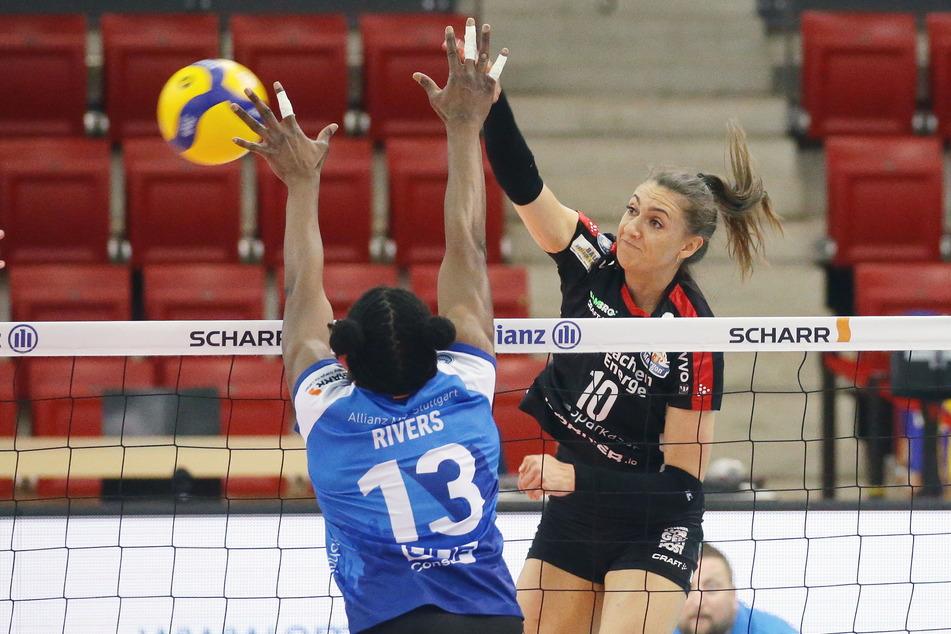 Lena Stigrot (r.) und die restlichen Schmetterlinge spielten klasse, aber auf der anderen Seite holte allein Krystal Rivers für Stuttgart 36 Punkte und drehte damit das Spiel.