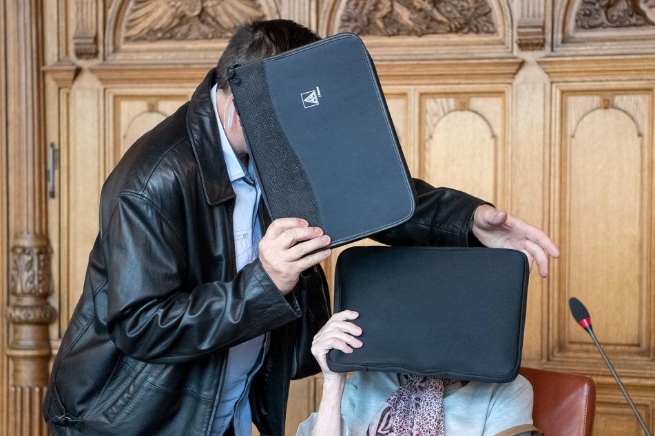 Die Angeklagte im Mordprozess wird von ihrem Sohn (l.) in den Gerichtssaal begleitet.