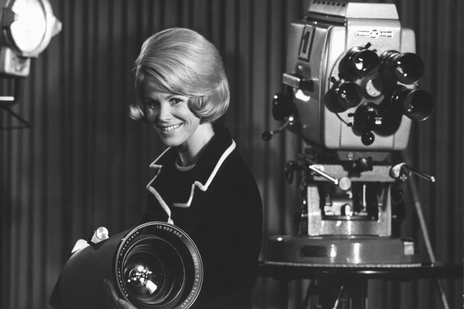 Karin Tietze-Ludwig (79), Ansagerin des Hessischen Rundfunks (hr), steht zwischen Fernsehkameras. (Archiv-Aufnahme von Januar 1967)