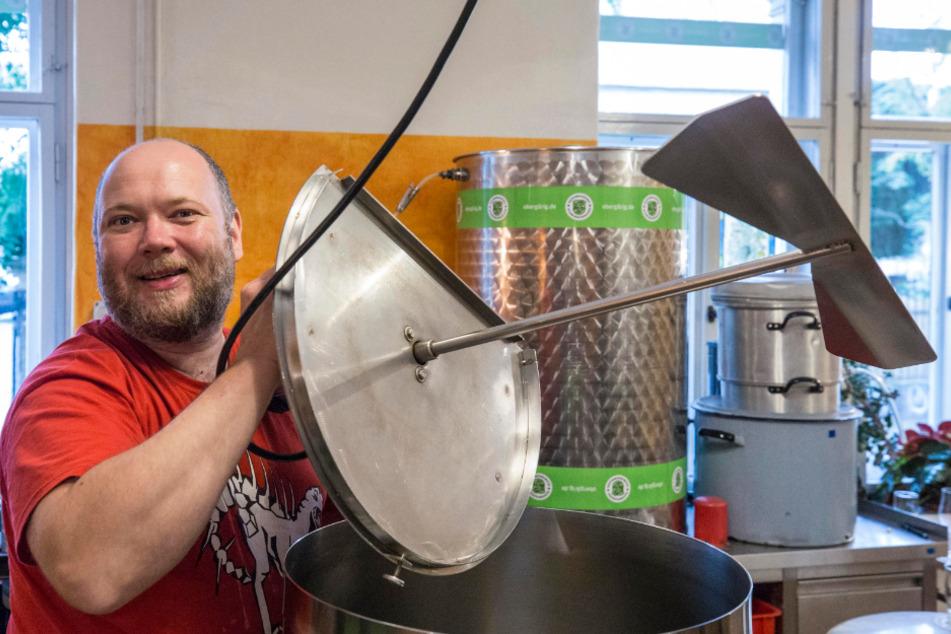 Bierbrauer mit Leib und Seele! Christian Schwingenheuer (44) mit Rührwerk.