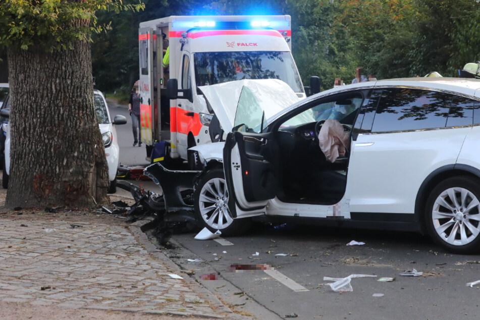 Tesla kracht gegen Baum: 48-Jährige tödlich verletzt