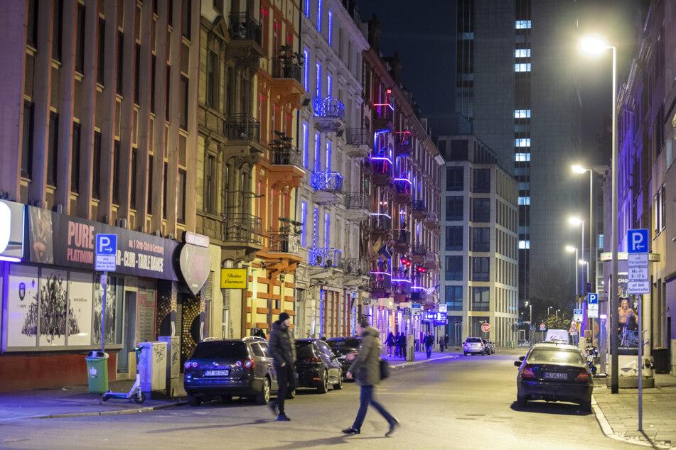 Frankfurt: Geländewagenfahrer ticken im Streit mit Fußgänger aus und überrollen ihn absichtlich!
