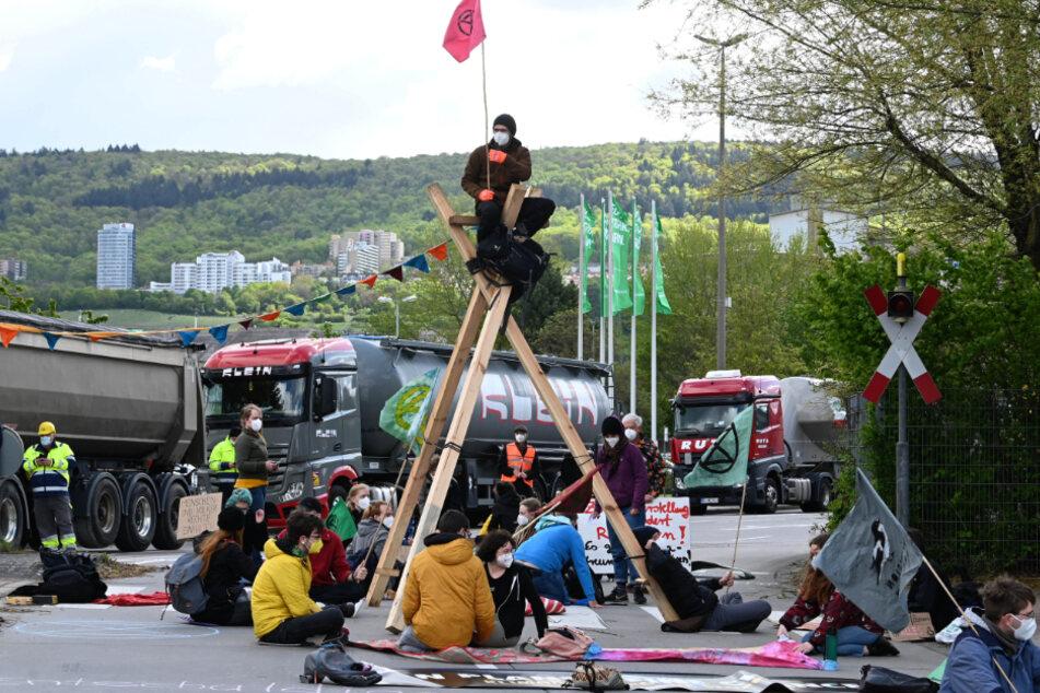 """Etwa 60 Umweltaktivisten der Organisation """"Extinction Rebellion"""" blockieren die Zufahrt zum Werkgelände von HeidelbergCement."""