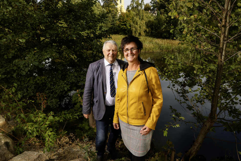 """Oppachs stellvertretender Bürgermeister Horst Münch (70, CDU) und Bürgermeisterin Sylvia Hölzel (52, parteilos) freuen sich über den """"heimgekehrten"""" Dorfteich."""
