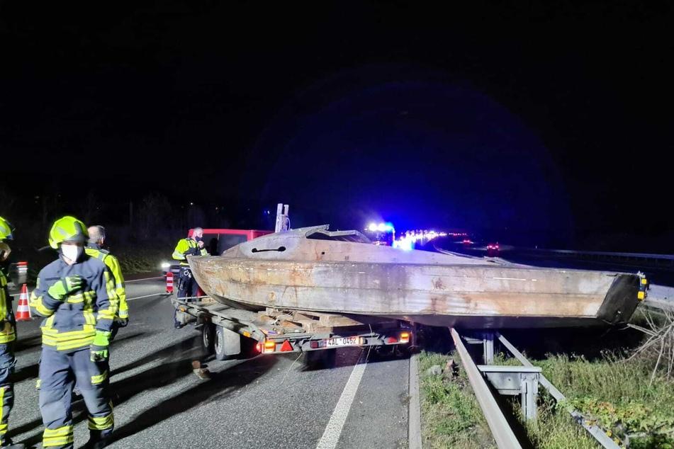 Unfall A3: Unsichere Ladung: Holzboot kracht auf Leitplanke der A3