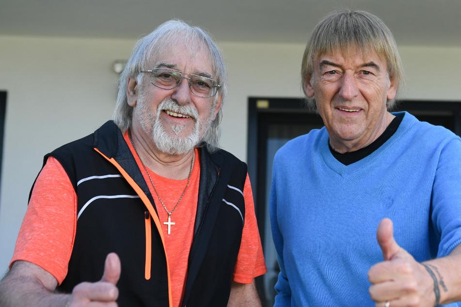 Die Brüder Bernd (r., 66) und Karl-Heinz Ulrich (64), stehen im Garten des Hauses von Bernd Ulrich zusammen.