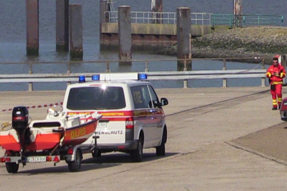 Helfer der Deutschen Lebens-Rettungs-Gesellschaft stehen auf einem Parkplatz an der Nordsee bereit. (Symbolbild)