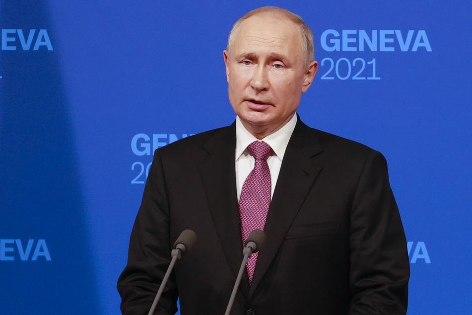 """Wladimir Putin, Präsident von Russland, spricht auf einer Pressekonferenz nach seinem Treffen mit US-Präsident Biden in der """"Villa la Grange""""."""