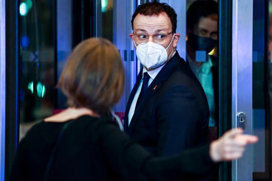 Jens Spahn (M, CDU) kommt zur Preisverleihung des Axel Springer Award.