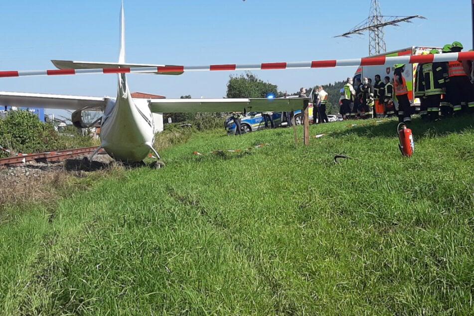 Pilot verwechselt Landebahn: Ultraleichtflugzeug stürzt neben Bahnstrecke