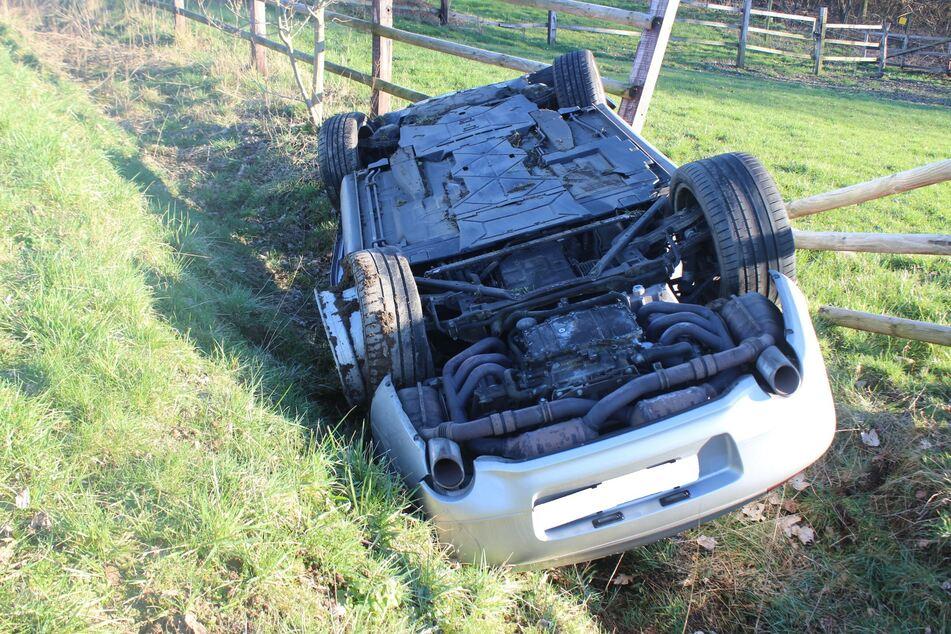Möglicher Reifenplatzer: Porsche überschlägt sich und landet in Graben