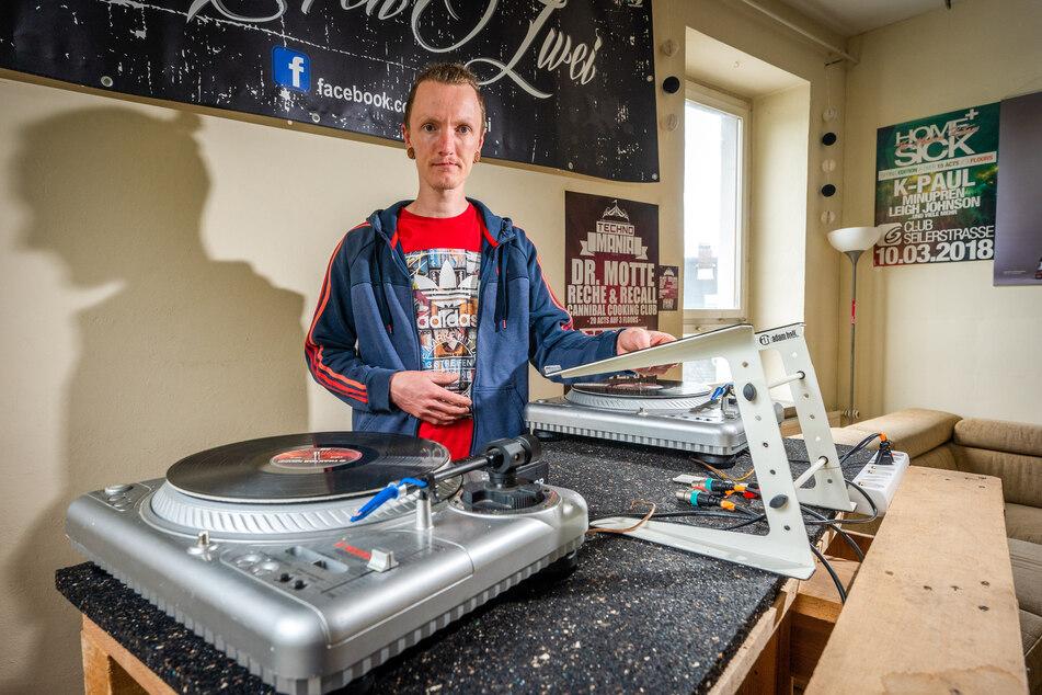 """Bei einem Einbruch wurde dem DJ-Duo """"RaffenZwei"""" sämtliche Ausrüstung geklaut. Mischpult und Co. zu ersetzen, kostet: Zeit und Geld. Im Bild zu sehen ist DJ """"Sulae"""" (35)."""