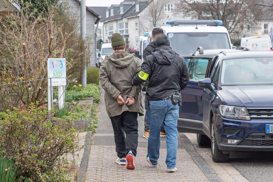Die Polizei hat am Dienstag nach Razzien in NRW und Hamburg insgesamt drei Verdächtige festgenommen.