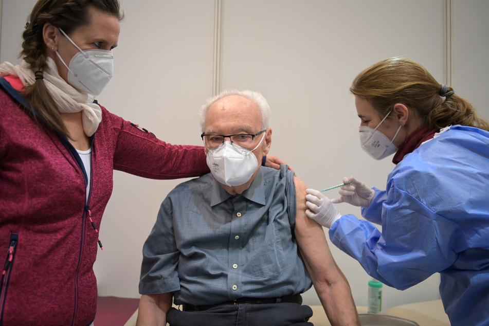 Laut Robert-Koch-Institut steigt die Zahl der Corona-Schutzimpfungen allmählich an.
