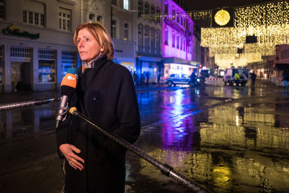 Ministerpräsidentin Malu Dreyer (57, SPD) steht sichtlich emotional ergriffen für ein Interview vor dem Zugang zur Fußgängerzone von Trier.