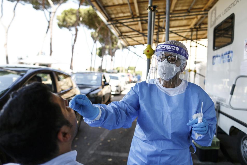 Ein Mann unterzieht sich im Krankenhaus San Giovanni Addolorata einen Corona-Test