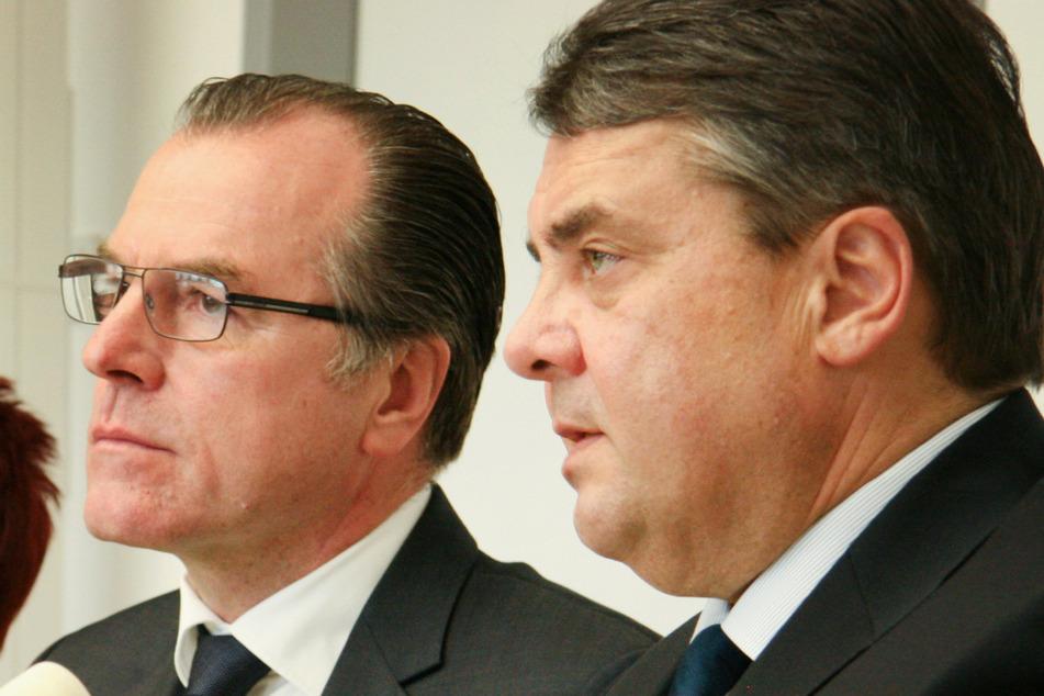 Ein Schnappschuss aus Februar 2015: Clemens Tönnies (l), Unternehmer, und der damalige Bundeswirtschaftsminister Sigmar Gabriel (SPD) bei einer Pressekonferenz in Rheda-Wiedenbrück.