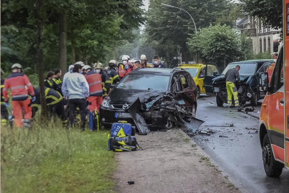 Einsatzkräfte stehen am Unfallort in Hamburg-Billbrook.