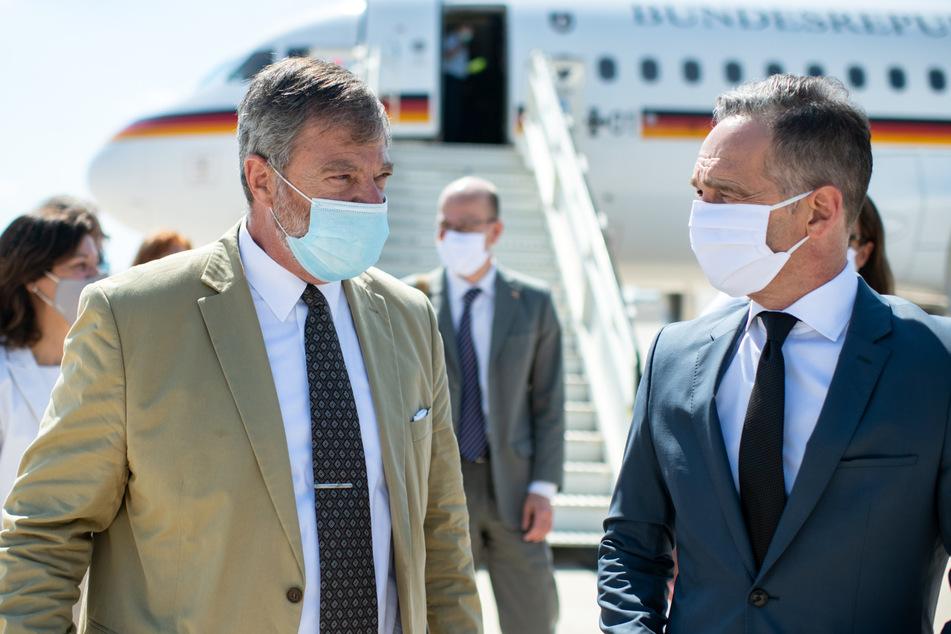Heiko Maas (53, r, SPD), Außenminister, kommt auf dem Flughafen Valencia an und wird von Wolfgang Dold (62), deutscher Botschafter in Spanien, begrüßt.