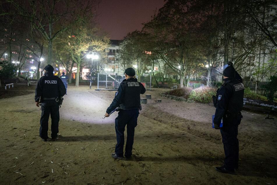 Polizisten kontrollieren im Dezember in Offenbach die Einhaltung der Ausgangsbeschränkung. Diese wird deutschlandweit kommen, jedoch deutlich lockerer, als angekündigt.