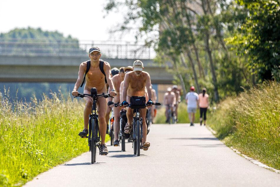 Nackt auf dem Fahrrad: Bereits am Samstag radelten die Nackedeis um Martin Nitsche durch Dresden.