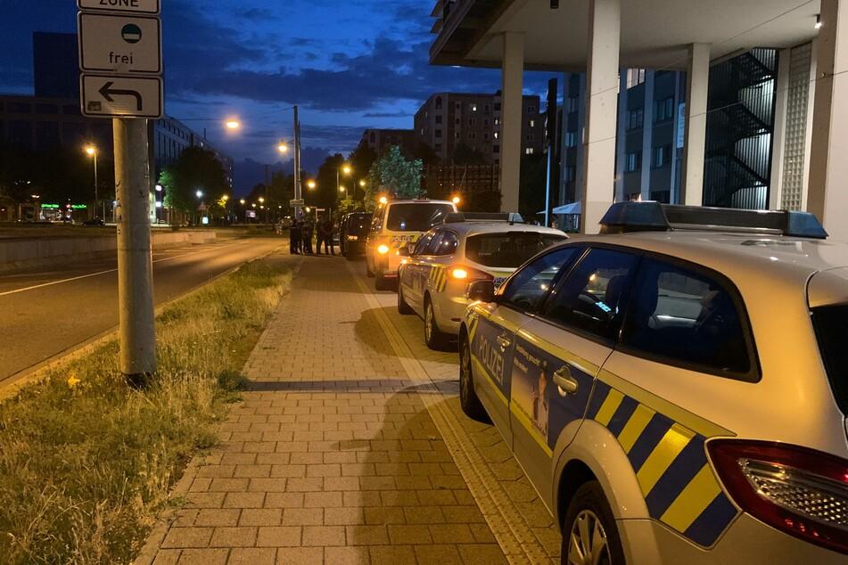 Mehrere Einsatzkräfte sammelten sich am Magdeburger Universitätsplatz, nachdem ein 41-Jähriger zwei Sicherheitsleute attackiert hatte.