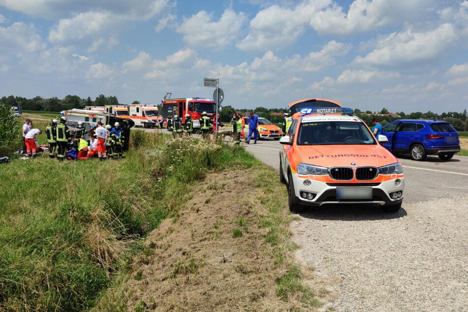 Zahlreiche Rettungskräfte sind an der Unfallstelle im Einsatz. Rechts im Bild ist der Wagen des Fahranfängers zu sehen.