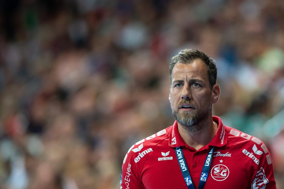 Flensburgs Trainer Maik Machulla steht am Spielfeldrand.