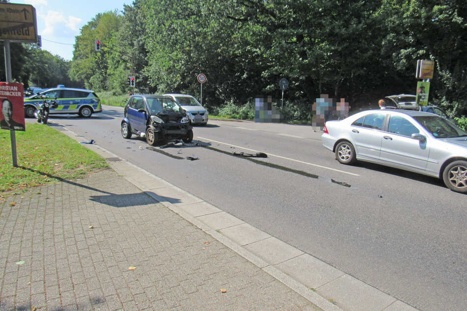 Der Smart der Seniorin (81) wurde bei dem Unfall in Langenfeld völlig demoliert.