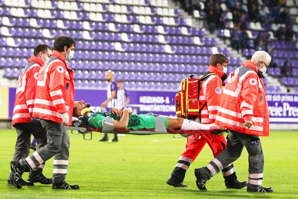 Fürths Mergim Mavraj musste in der 20. Minute mit einer schweren Kopfverletzung vom Platz.