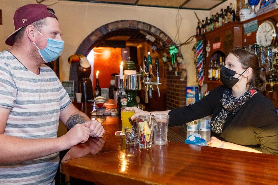 Senatorin wirbt im Irish Pub für Corona-Impfungen