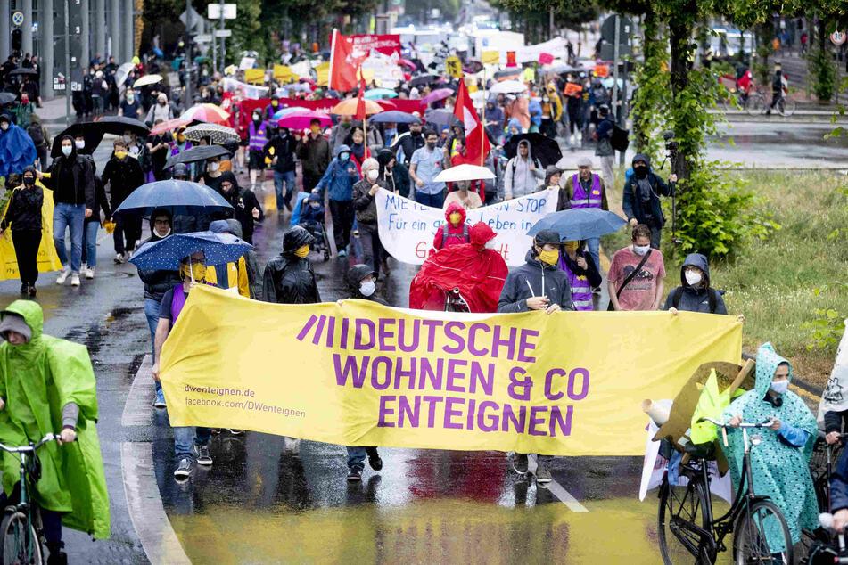"""Der Zug einer Demonstration eines großen Bündnisses von Initiativen gegen steigende Mieten zieht über die Potsdamer Straße. Auf einem Banner ist zu lesen """"Deutsche Wohnen & Co enteignen""""."""