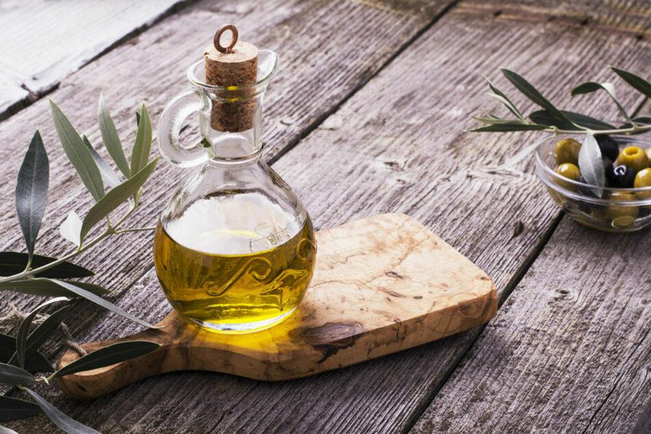 Öl ist nicht nur für Speisen gut, sondern auch, wenn man sein Holzschneidebrett einölen möchte – aber besser nicht mit Olivenöl.