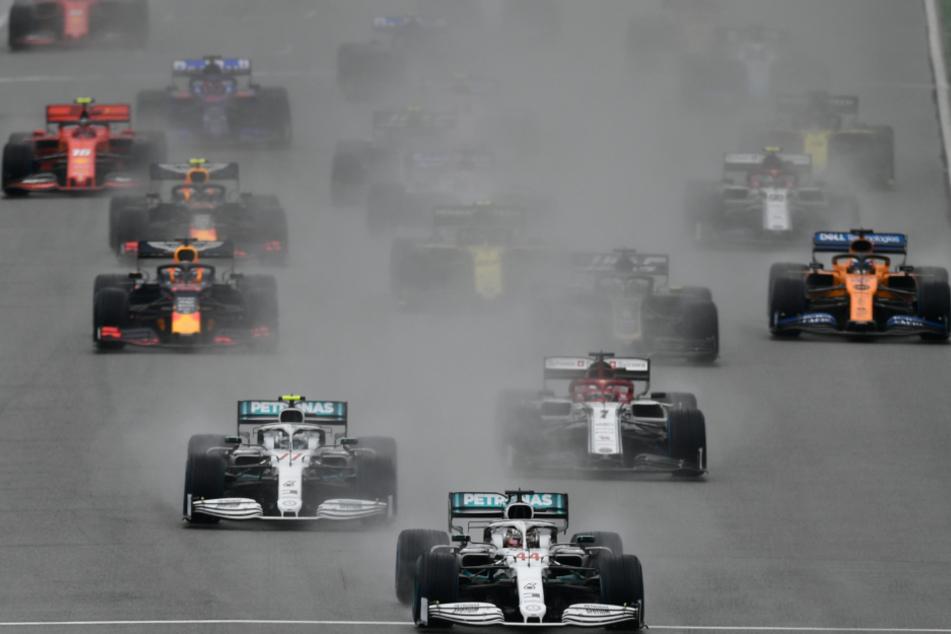 Motorsport, Formel-1-Weltmeisterschaft 2019, Grand Prix von Deutschland: Lewis Hamilton (M) aus Großbritannien vom Team Mercedes-AMG Petronas fährt über die Strecke.