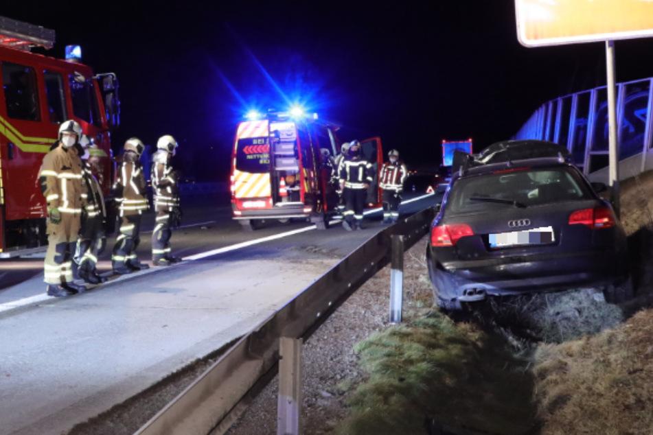Unfall A4: A4-Crash: Audi knallt gegen Sattelzug und landet im Graben, Fahrer ergreift die Flucht