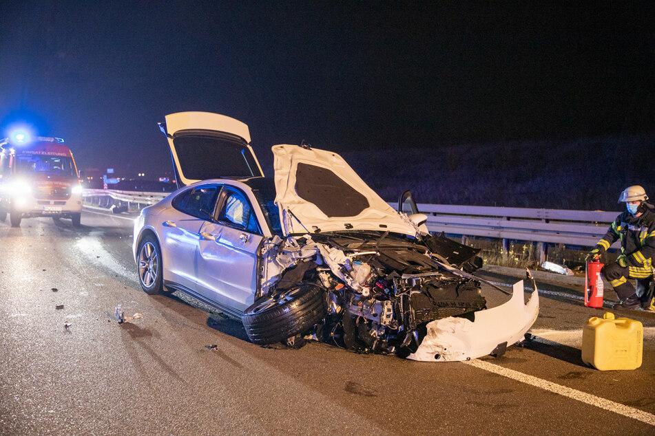 Der weiße Porsche Panamera wurde bei dem Unfall auf der A4 schwer beschädigt.