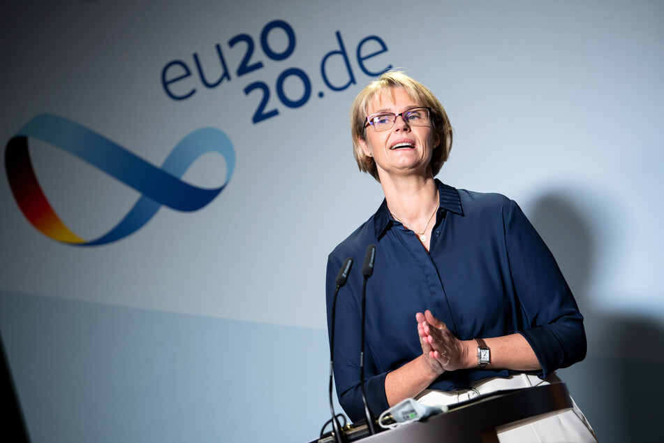 """Anja Karliczek (CDU), Bundesministerin für Bildung und Forschung, äußert sich bei einer Pressekonferenz in ihrem Ministerium zu den Ergebnissen des """"Schulgipfels""""."""