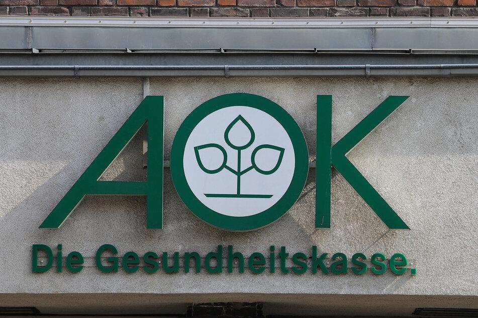 Das Logo der Krankenkasse AOK, aufgenommen am Hauptgebäude der AOK Sachsen-Anhalt.