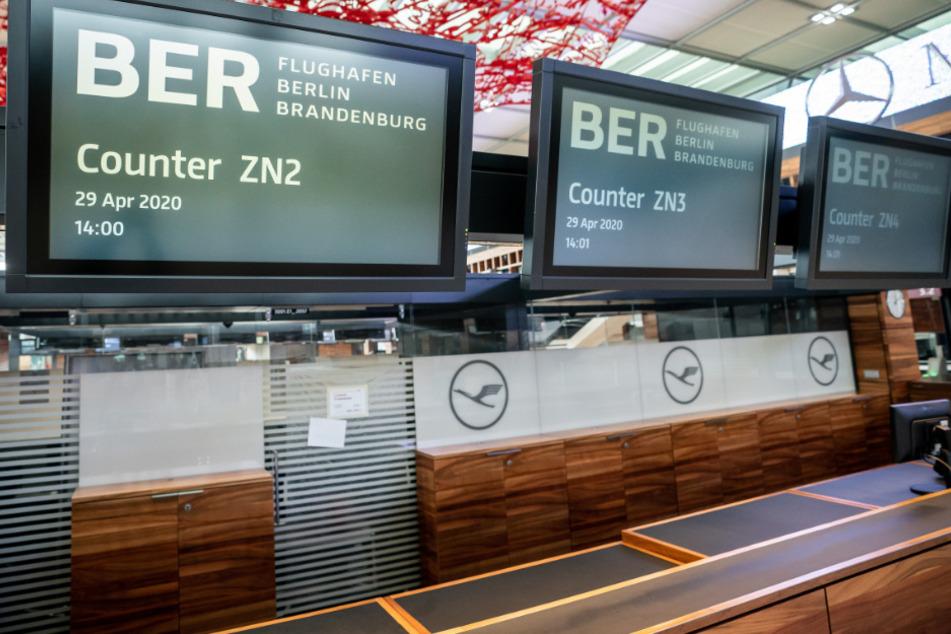 Die Check-In Counter in der Abflughalle des neuen Flughafens Berlin-Brandenburg Willy-Brandt sind einsatzbereit.