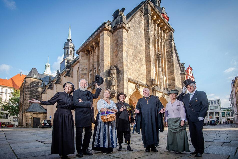 Die Gästeführer um Karin Meisel (59, 3.v.l.) starten am Samstag in Kostümen von historischen Figuren der Stadtgeschichte ihre Touren.