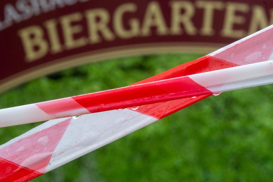 Absperrband ist vor dem Eingang zu einem Biergarten zu sehen. Wegen stark fallender Inzidenzen fällt in vielen Thüringer Regionen die Notbremse weg. Unter anderem Biergärten dürfen deshalb wieder öffnen. (Symbolbild)
